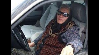 Бабушка едет на машине, сдает на права