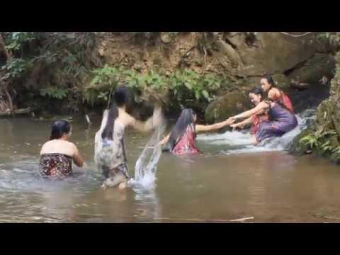 現地の小中学生が川で身体を洗ってる所を盗撮!布一枚なので見え・・