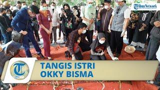 Tangis Istri Okky Bisma Pramugara Sriwijaya Air, Tangannya Terus Dekap Bingkai Foto sang Suami