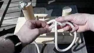Klettergurt Aus Seil Binden : Eine weibliche kletterer binden einen achter knoten in einem