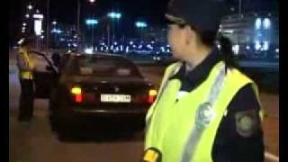 Смотреть онлайн Пьяный водитель управлял автомобилем в коньках