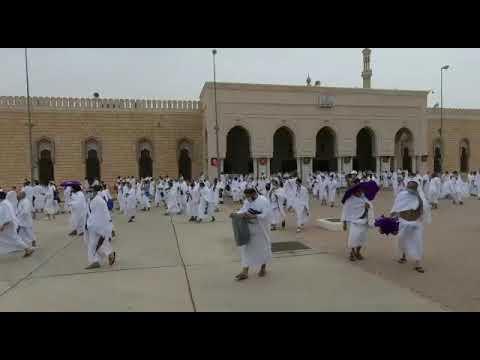 حجاج بيت الله الحرام يؤدون صلاتي الظهر والعصر جمعا وقصرا في مسجد نمرة