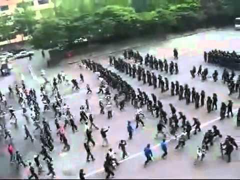Cảnh sát chống bạo loạn và biểu tình thật là chuyên nghiệp