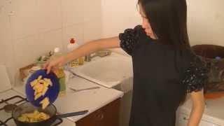 Смотреть онлайн Не перегревайте сковородку во время жарки картошки