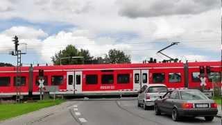 preview picture of video 'Bahnübergang Westerhamer Straße, Westerham ++ Halbschrankenanlage mit markanten Lichtzeichen'