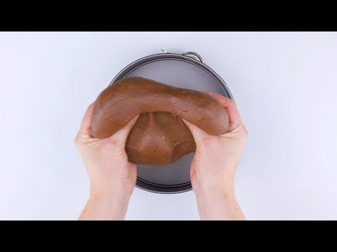 Cremoso pastel de mousse de chocolate con una rica cubierta de rejilla