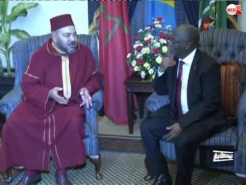 الملك يوشح رئيس تنزانيا بقلادة الوسام المحمدي