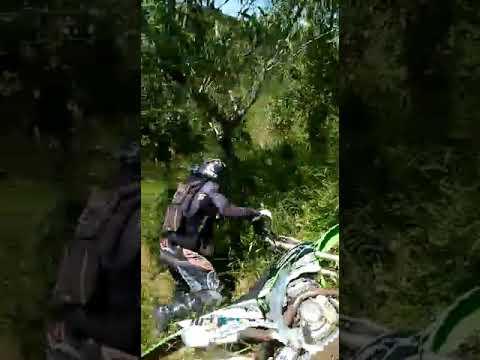 Tombo na trilha em Arandu SP morro do cucuruco