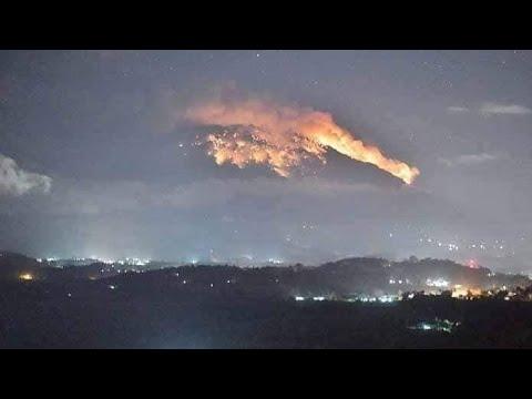 Berita Terkini Gunung Agung Meletus di Bali Status Level Siaga Warga Merasakan Hujan Abu Vulkanik