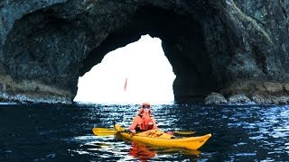 preview picture of video 'Bay of Islands kayak trip around Urupukapuka and Hole in the Rock - paddler'