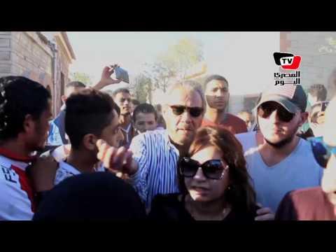 نجوم الفن يودعون الراحل محمود عبد العزيز إلى مثواه الأخير بـ«الإسكندرية»