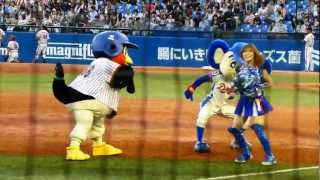 2012.9.1  ドアラとつば九郎、チアのお姉さんと遊ぶ