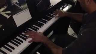 Смотреть онлайн Необычная игра мужчины на клавишном инструменте