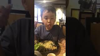 con trai thu trang ăn bò tại quán thích bò của mẹ
