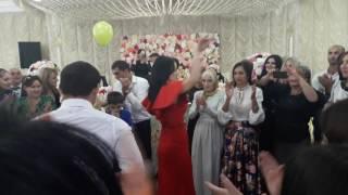 Жених танцует с коллегами невесты