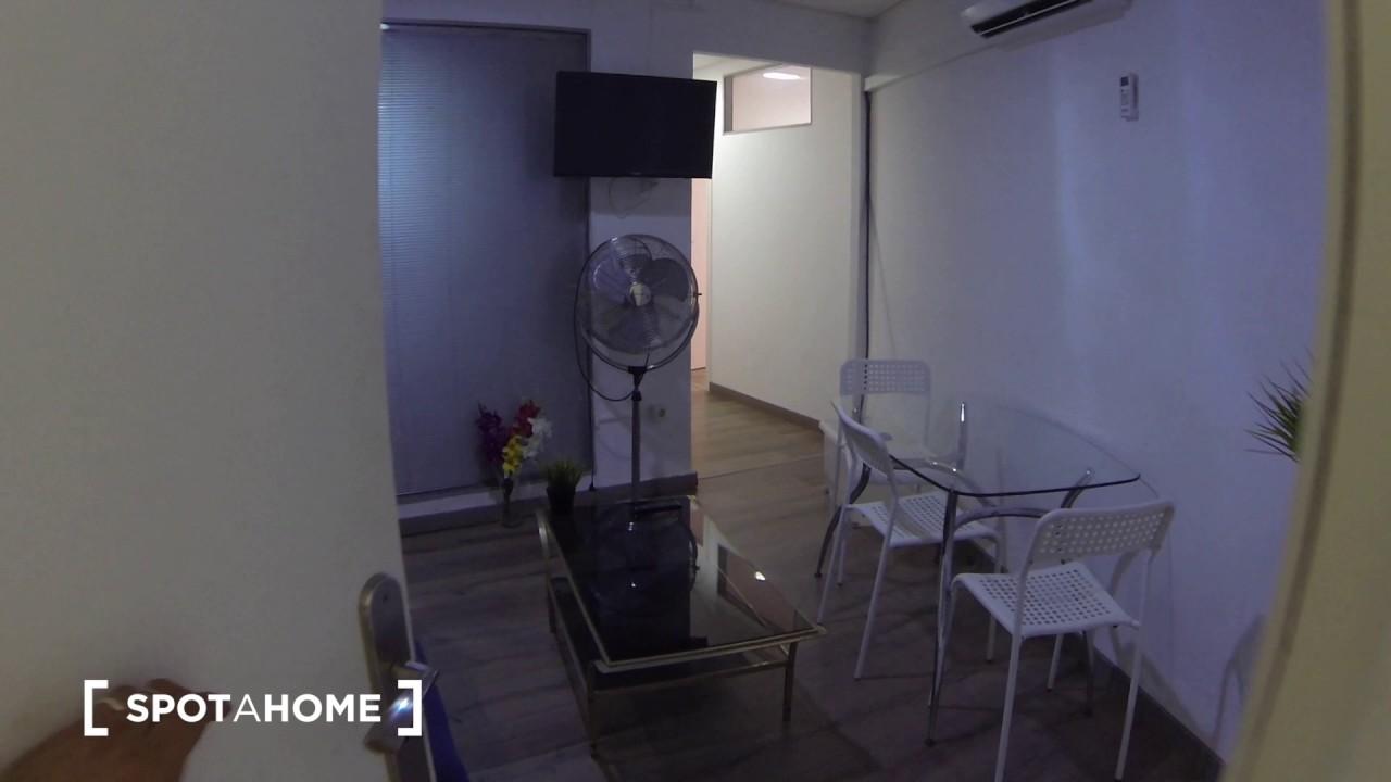 Rooms to rent in large 4-bedroom apartment near Plaça de Catalunya