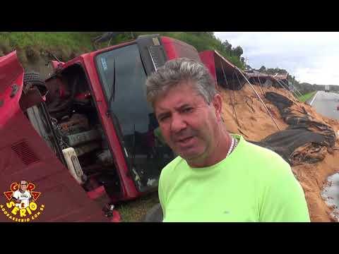 Caminhoneiro aguarda Carreta ser retirada e já faz 3 dias depois do acidente