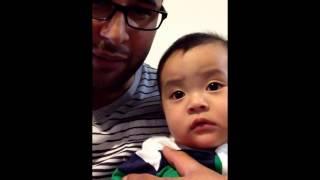 Смотреть онлайн Милейший ребенок повторяет эмоции за папой