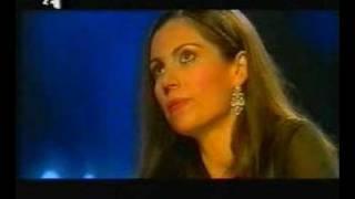 Στα καθ\' ημάς έχει τρελό γέλιο η προσπάθεια που κάνει η Βίκυ Φλέσσα να φανεί καβλωτίκ.  (από Khan, 29/08/09)
