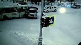 В Ленске аварию с пассажирским автобусом сняла камера видеонаблюдения