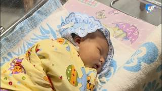 Сотрудники городского управления ГИБДД вручили молодым мамам детские автокресла