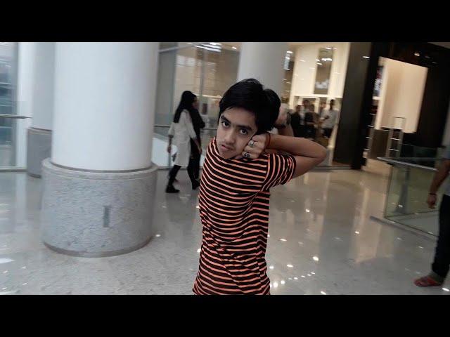 طفل باكستاني يلف عنقه 180 درجة