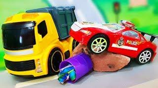 Видео для детей. Лего город в опасности - Желтый мусоровоз делает свою работу. Машинки Игрушки