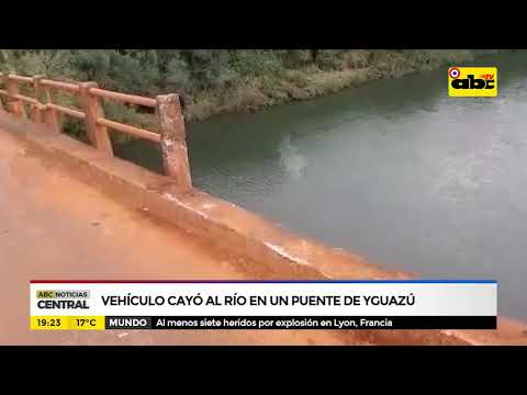 Vehículo cayó al río desde un puente