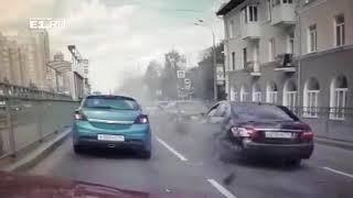 [18+] Не вписался между машинами: появилось видео жесткой аварии с участием мотобата в Екатеринбурге