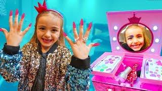 Las Ratitas se maquillan y se ponen uñas de colores