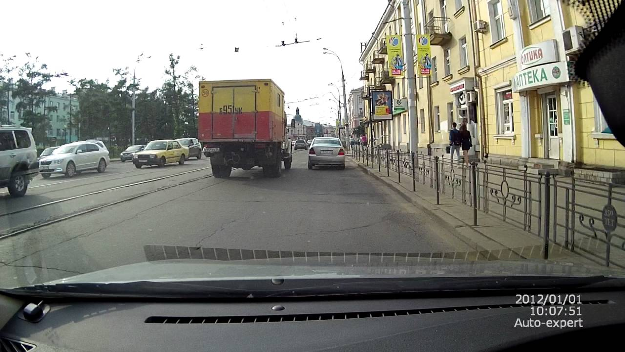 """Столкновение """"Toyota Corolla"""" с грузовиком аварийной службы в Иркутске"""