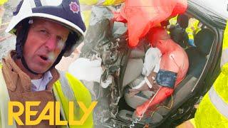 교통사고로 다리가 끼어있는 운전자