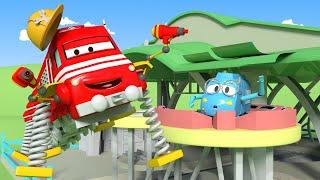 Vláčky pro děti - Troy opravuje střechu v dílně