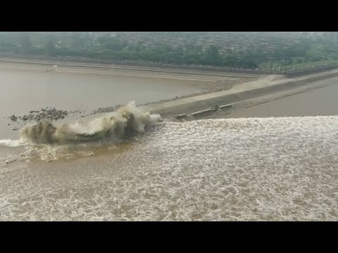 Spectacular tidal bore along Qiantang river mesmerizes thousands in east China