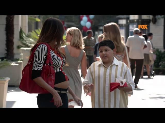 Gloria se queda en sujetador en plena calle - Modern Family 4