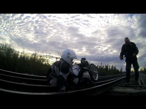 Este chiar infricosator cum un motociclist este tras intre sinele de cale ferata