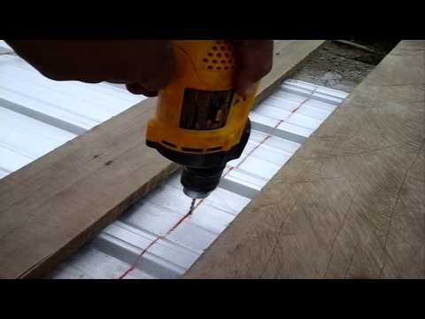 Instalar tornillos autoperforantes para techo/Install self-drilling screws for roof.