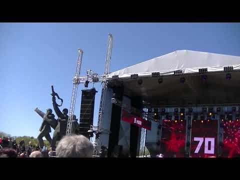 Слушая еврейские мелодии 9 мая 2015 в Риге у памятника Победы