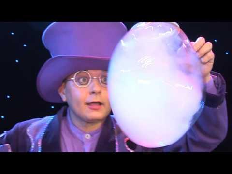 Seifenblasenkünstler mit erstaunlicher Seifenblasenshow. WOW!