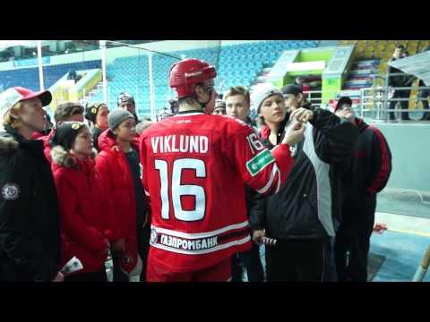 Тобиас Виклунд встретился с игроками детской команды по хоккею с мячом из Швеции