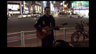 在東京街頭某個角落,他彈唱著Beyond的日語版《海闊天空》,一開始,他和一名聽眾女孩都不知道大家互相是中國人。2:56 直到女孩哼唱起廣東話的《海闊天空》,歌手和她相視一笑,改唱廣東話原版的那一刻,女孩徹底哭了,也許這就是他鄉遇故知吧。