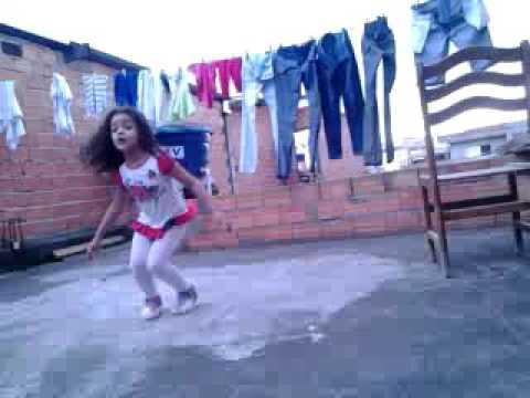 Uma criança  dança anitta