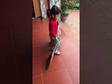 Bé Bảo Trang lớp C4 quét nhà giúp mẹ
