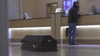 Смотреть онлайн Пранк: Что будет, если приехать в отель с гробом