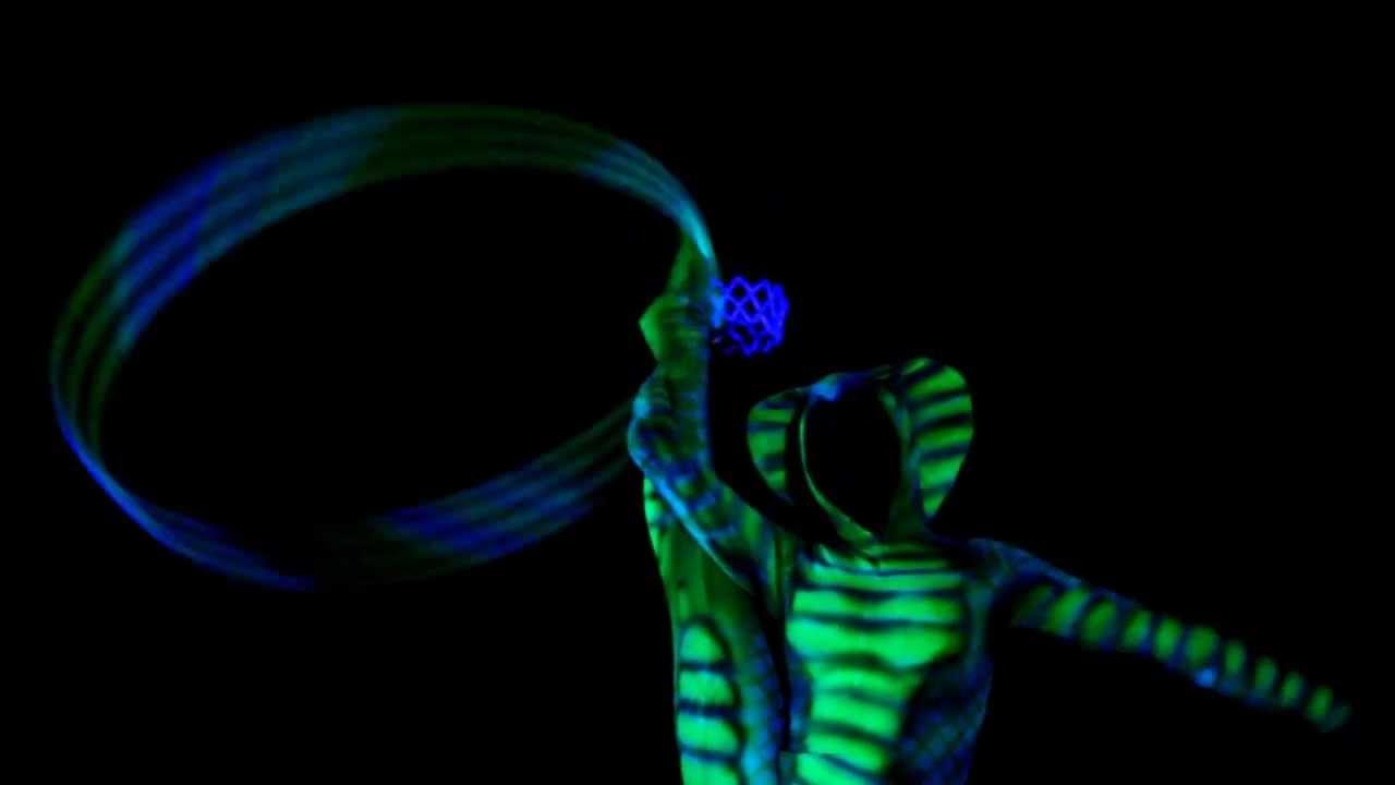 Гимнастка - кобра с обручами в уф