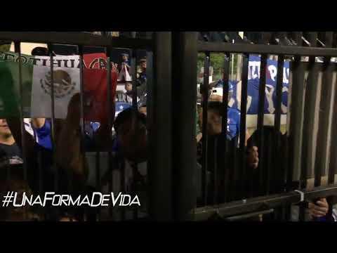 """""""Jugadores de Cruz Azul y afición en Jamaica"""" Barra: La Sangre Azul • Club: Cruz Azul"""