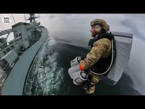 Los marines británicos ensayan el abordaje en alta mar con un 'hombre volador'