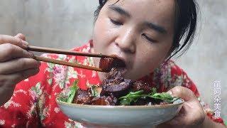 阿朵影视 苗大姐做红烧肉,颜色红亮,一碗米饭半斤肉就被她吃没了