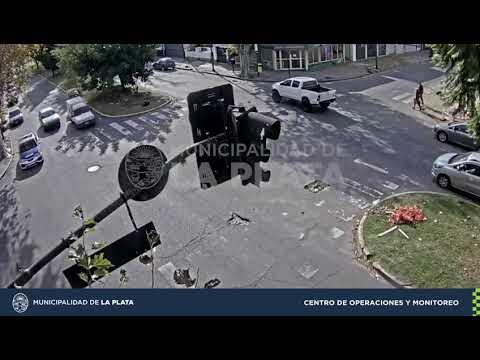 Pasó en rojo, chocó contra un auto y casi derriban un semáforo de Avenida 1