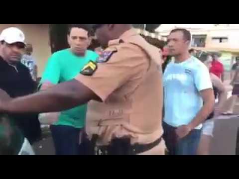 SUPOSTA AGENTE DA POLÍCIA FEDERAL CHAMA PM DE MACACO E É PRESA - VÍDEO